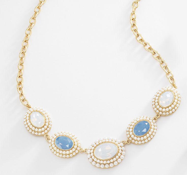 Delicado collar en 4 baños de oro de 18 kl con piedras de cristal en color perla tornasol y azul turquesa.