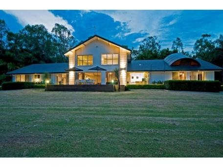 Multifunctional acreage; expansive, contemporary and river front : 43 GHOSTGUM GROVE Upper Coomera