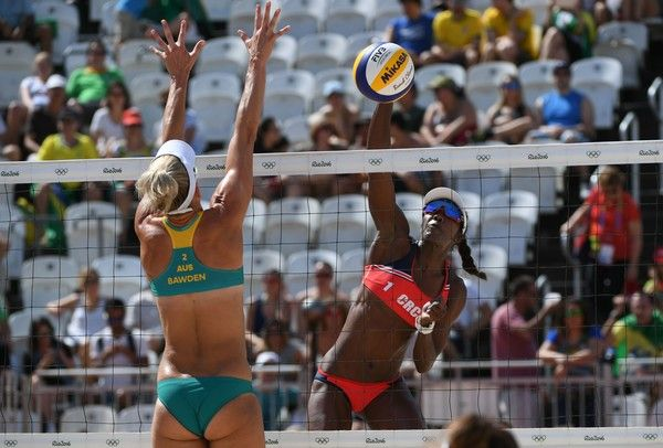Australia's Louise Bawden tries to block the ball in front of Costa Rica's Karen Cope Charles during the women's beach volleyball qualifying match between Australia and Costa Rica at the Beach Volley Arena in Rio de Janeiro on August 6, 2016, for the Rio 2016 Olympic Games. / AFP / Yasuyoshi Chiba