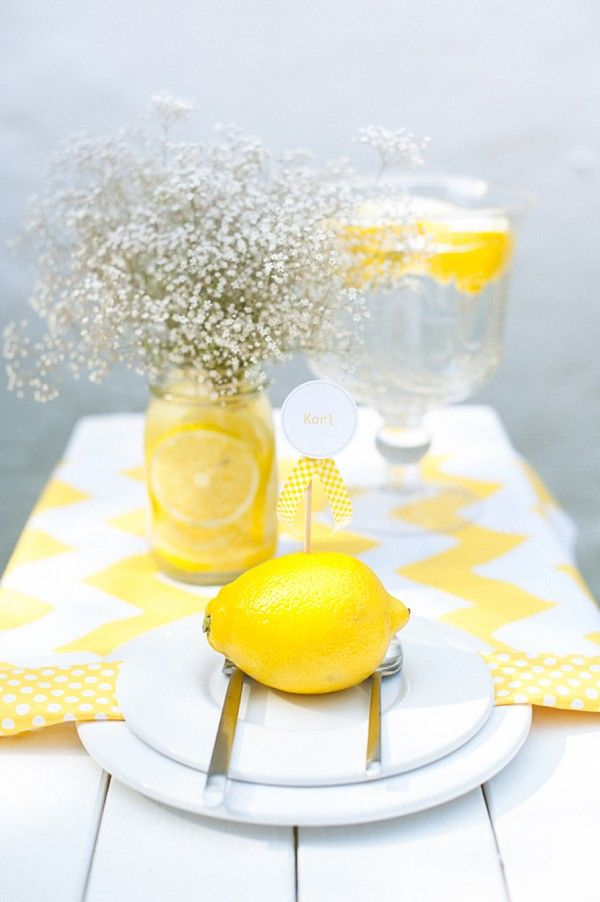 Use fruit for a simple yet bright and fun look for place cards, this lemons adds a cheery sunny look! #placecards #wedding