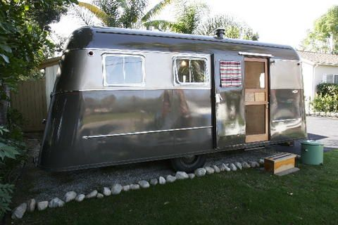 The mobile home evolved out of the travel trailer of the 1920s and 1930s  and the house trailer of the 1940s and early 1950s. Description from tinca