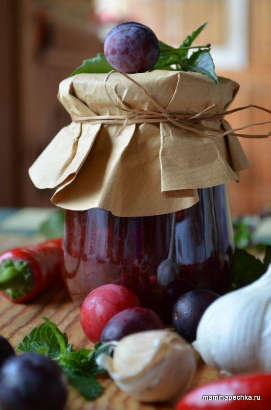 Фоторецепт соуса Ткемали. Ткемали - грузинский соус из кислых слив (алычи) с зеленью, специями и чесноком. Отлично подходит к мясу.