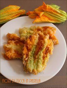 Fiori di zucca fritti in pastella con acqua frizzante per renderli ancora più croccanti e per un fritto più asciutto ! Delicati e sfiziosi, uno tira l'altro.