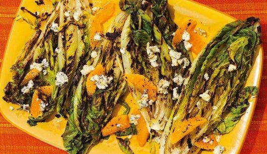 Vegetarisches Rezept: Gegrillter Römersalat mit Orangen, Gorgonzola und Orangen-Vinaigrette