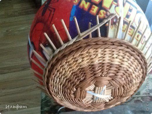 Поделка изделие Плетение МК с мячиком Бумага газетная Трубочки бумажные фото 6