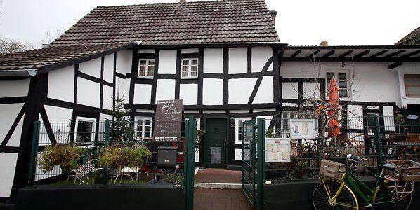 Daisys Tearoom Garden Warum Man Sich Beim High Tea In Zundorf Fuhlt Wie In England Kolner Stadt Anzeiger Scones Und Clotted Cream England Clotted Cream