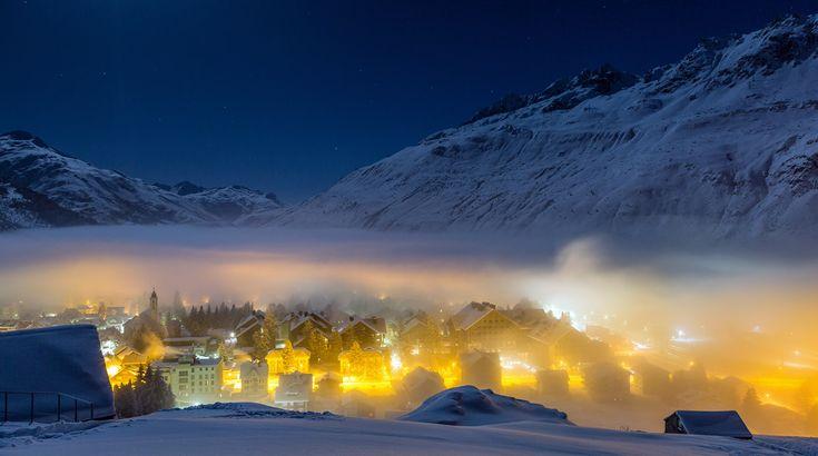 Agua, nieve, la región de Andermatt, en el centro de Suiza, tiene de todo. Es un lugar de manantiales que brotan del macizo de San Gotardo y se reparten por los Alpes, pero también una de las zonas de deportes de invierno en las que la nieve está más garantizada. Cuando a estos fenómenos se une la niebla el paisaje no puede ser más mágico / Foto: Jan Geerk/Switzerland Tourism.