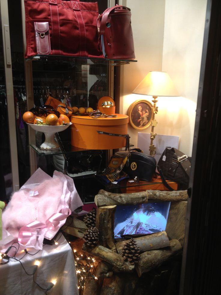 Vitrine Noel 2012... Préparation des cadeaux au coin du feu chez Troc Choc