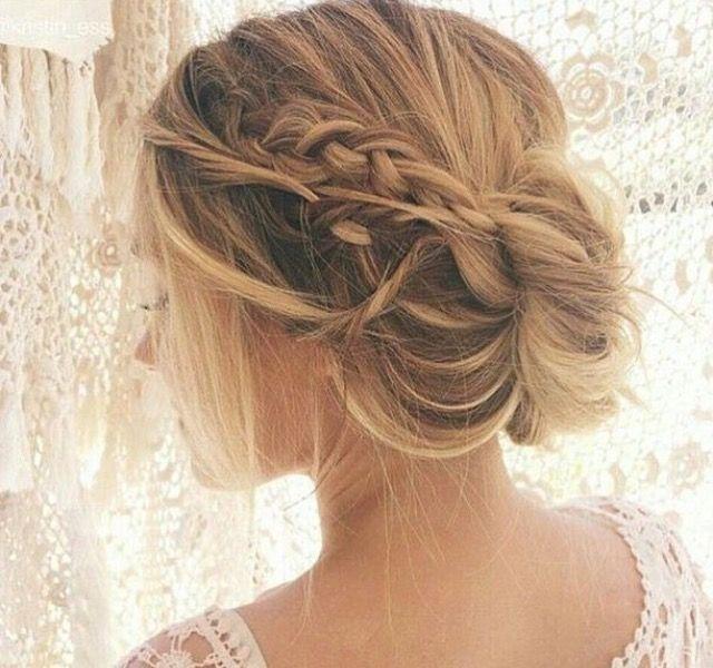 Peinado de novia con moño y trenza desenfadada