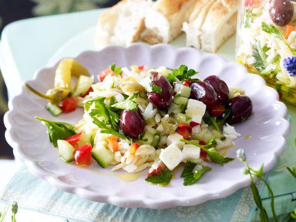 Sommersalate - frische Ideen für die warme Jahreszeit - griechischer-orzo-salat  Rezept