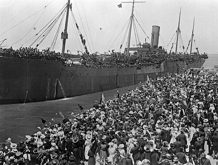 [The departure of the Medic carrying soldiers to the First World War, Port Melbourne, 1915.]