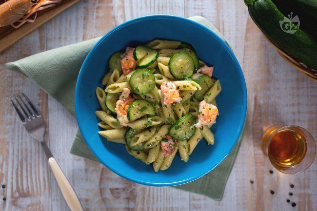 La pasta con crema di zucchine e scampi è un primo piatto di pesce fresco e aromatico perfetto per i menu estivi.