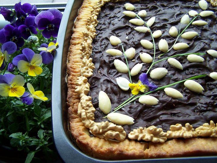 Mazurek wielkanocny ze śliwkami kalifornijskimi, migdałami i gorzką czekoladą