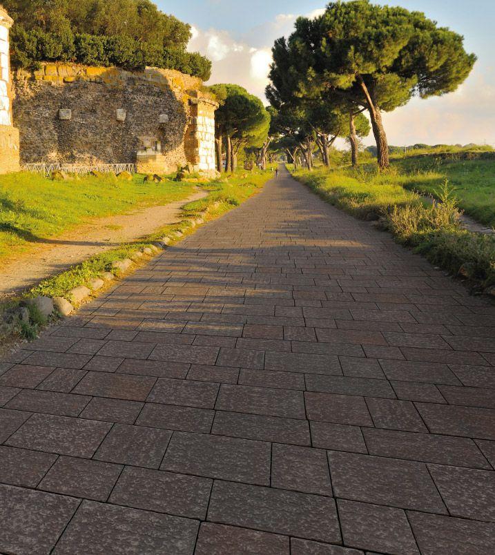 Betonella® Antica Aurelia Burattato richiama con grande efficacia il vecchio lastricato di basalto e porfido, ancora visibile nei centri storici. La sua finitura unita al trattamento di burattatura le conferiscono l'aspetto dei più nobili lastricati in pietra a spacco naturale.