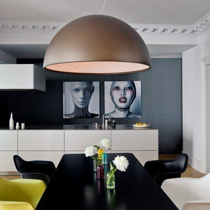 """table """"Steelwood"""" (Magis) chairs """"DSW"""" and """"DAR"""" Charles et Ray Eames (Vitra). lamp """"Skygarden"""" Marcel Wanders (Flos)"""