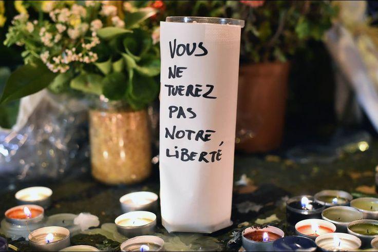 """Plusieurs milliers de personnes se sont spontanément rassemblées samedi à Paris comme dans de nombreuses villes de province, pour """"pleurer"""" les morts des attaques de la veille, ont constaté des journalistes de l'AFP.A Paris, place de la République, 100 à 200 badauds se sont recueillis, malgré l'interdiction de manifester décrétée par la préfecture de police.La mine grave, ces anonymes se recueillent quelques minutes au centre de la célèbre place parisienne, allument des bougies ou déposent…"""
