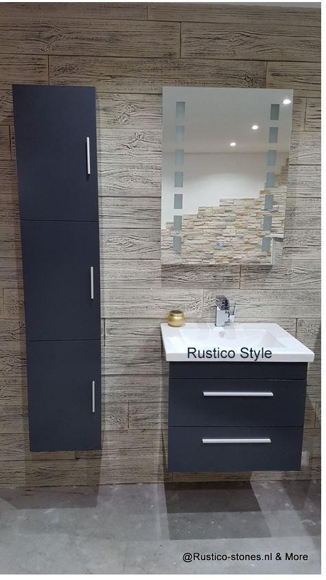 Rustieke stenen met badmeubel. De combinatie van onze houtsteenstrips muur,  met robuust uiterlijk passen prachtig met afgelijnd badkamermeubilair.