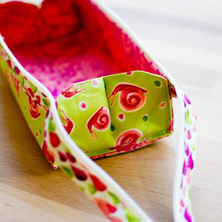 I can't stop making these!!! My version of this Japanese pen case is so  much fun. I gave myself the chance to use a bunch of different fabrics by  adding a bound zipper that makes a cute snappy handle - it's the cutest  little case in the house. Well, they all are - and they are great for lots