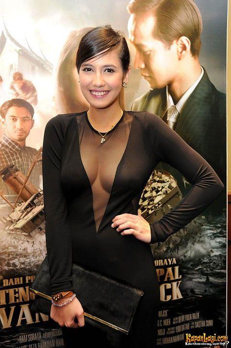 Pevita Pearce tampil menawan saat menghadiri premiere film TENGGELAMNYA KAPAL VAN DER WIJCK, Sabtu (14/12) di XXI Plasa Senayan. Memakai sebuah gaun hitam, Pevita membuat semua mata para undangan tak lepas darinya.