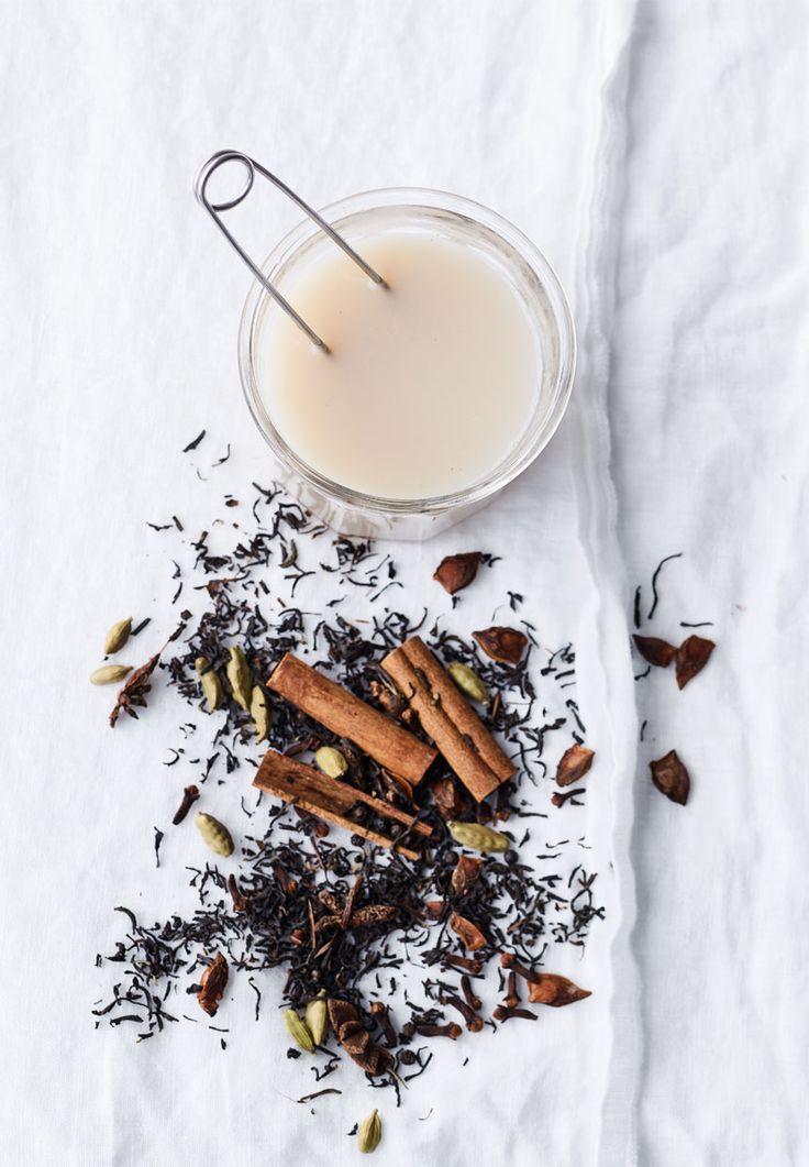 Chai er en krydret indisk te tilsat varm mælk. Vi laver vores egen chai-blanding og nyder den en kold vinterdag. Få opskriften her.