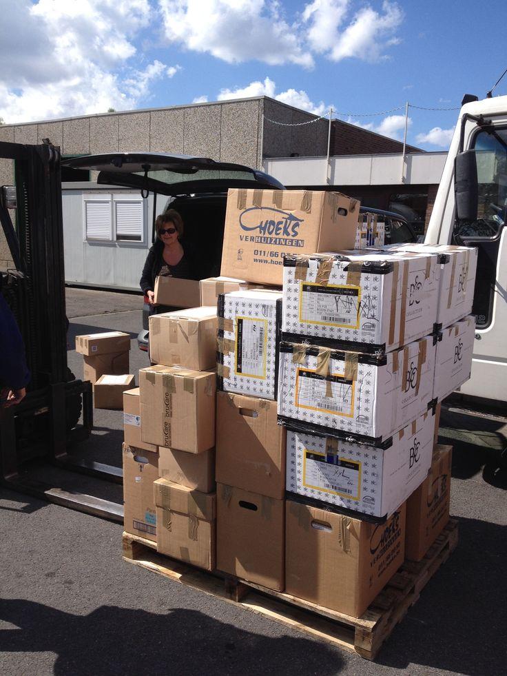Er werd alweer een volle container geladen met medisch materiaal, computers, materiaal voor de installatie van zonnepanelen deze zomer, … afgeleverd bij Wereldmissiehulp die het transport naar Benin verzorgt - 04/2015