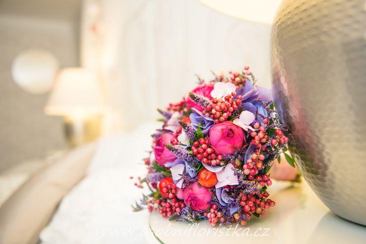 svatební kytice uvázána z růží, hortensie, limonia, máty doplněná pepřem a jablíčky.