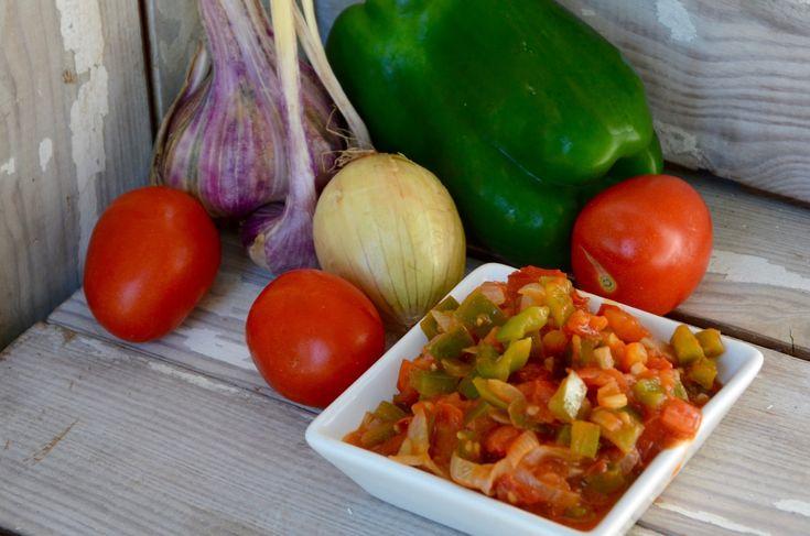 Le sofrito, compotée de tomates, d'oignons et des poivrons verts, est la b ase de nombreux plats espagnols, portugais ou sud-américains. On peut également le servir tel quel avec des pâtes, du riz ou des oeufs. Ingrédients: 6 grosses tomates mûres 1 long...