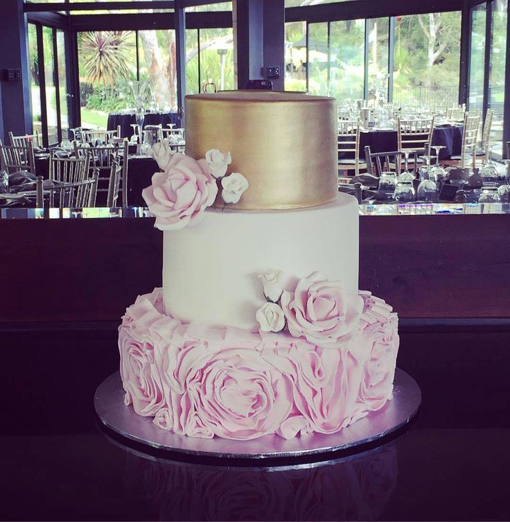 Check out this beautiful wedding cake by @cakesbymichellecamp!  We love the combination of pink, white & gold colour palette.  It looks so delicate and gorgeous!  #cakes #weddingcakes #gold #celebrationcake #instacake #instabake #membershare #Regrann