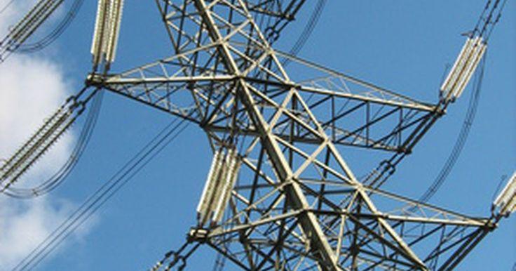 """¿Cuál es una distancia segura para los cables eléctricos de alta tensión?. Cada año las personas se lesionan o mueren después de haberse acercado demasiado a cables de energía de alta tensión. No existe tal cosa como una """"distancia segura"""" definitiva de un cable de energía, pero hay algunas pautas básicas que hay que seguir."""