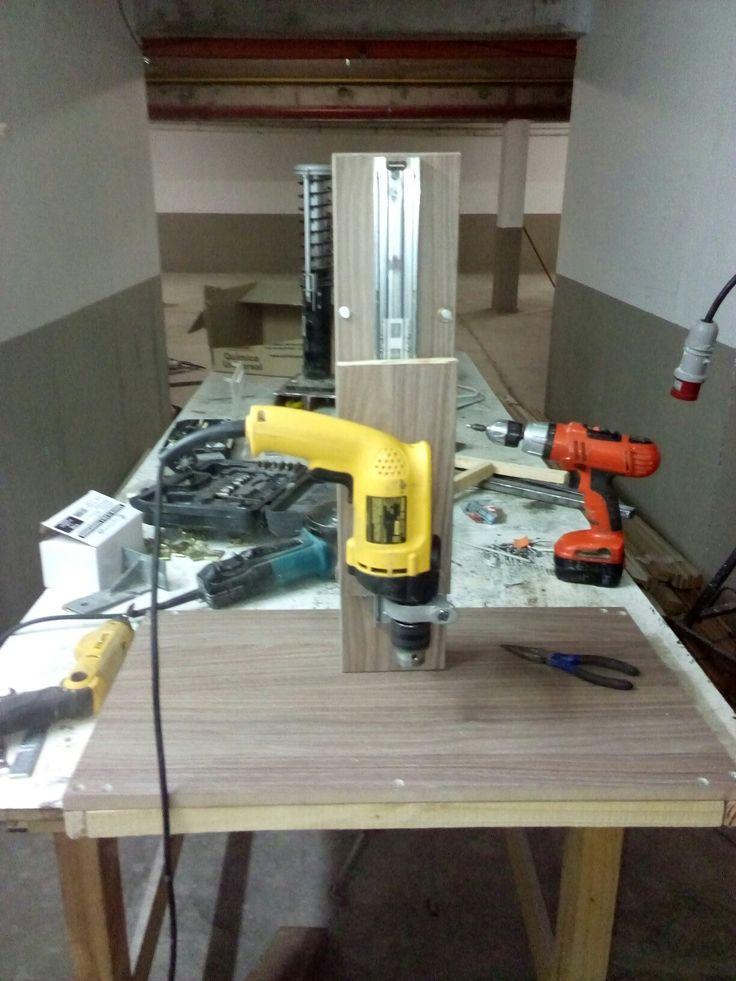 Un soporte para taladro casero hecho con madera trupan y riel telescopico para cajones que sirve como guia falta intalar el resorte y el mango pata hacerlo bajar