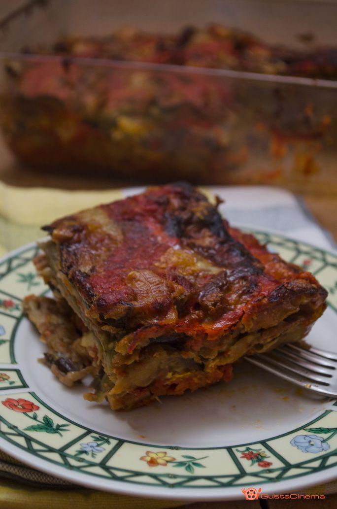 Parmigiana di melanzane è un piatto unico saporito tipico campano preparato con le melanzane fritte, scamorza e passata di pomodoro, gratinato al forno.
