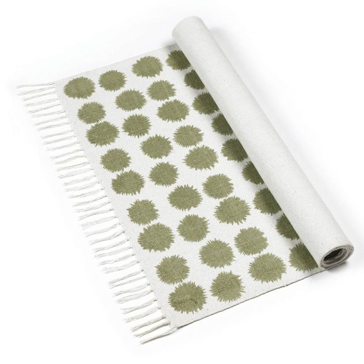 Leuke, grafische én mooi kaki groen vloerkleed Fluff van Roomblush voor in de hal, slaapkamer, badkamer of zelfs in de zitkamer. Je kunt er 2 naast of op elkaa
