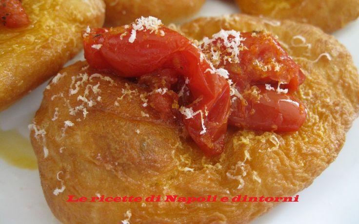 Le pizzelle fritte #montanare #pizzettefritte http://blog.giallozafferano.it/lericettedinapoli1/pezzelle-fritte/