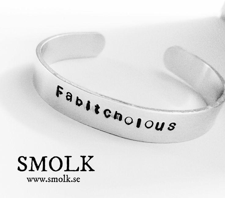 Armband i cuff-modell av aluminium med handstansad text OBS felstavat på detta exempel Det ska stå Fabitchulous Material Aluminium Storlek: bredd 9 mm
