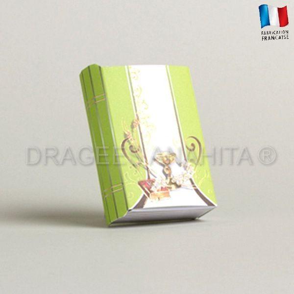 Une boite à dragées communion d'une forme de livre, vous pourrez y offrir vos dragées communion et vos amis et famille auront à ouvrir le missel pour les déguster. Nous vous conseillons les dragées blanc ou vert pastel