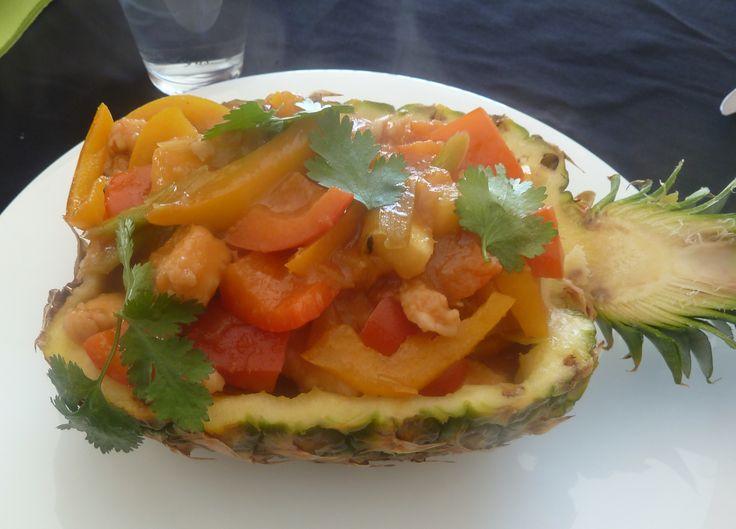 Plat Piw Waan of zoetzure kip in ananas. Snij je ananas in de lengte doormidden en zorg ervoor dat beide helften een stuk groene pluim behouden. Verwijder dan het vruchtvlees zonder de buitenkant te beschadigen. De mooie stukken ananas leg je op en bordje en de pulp en het afschraapsel kook je met wat water en wat suiker en mix je tot een papje. In je wok met wat olie fruit je een teen look aan, verwijder deze en roer er een losgeklopt eitje met zout door. Het blaast volledig op. Schep het…