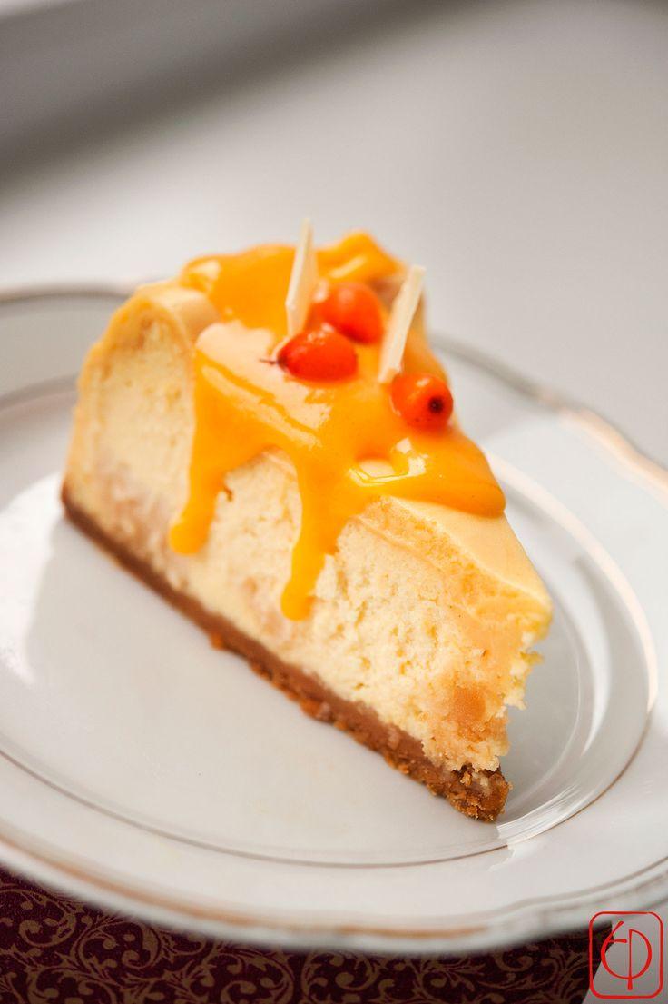 Homoktövis Sajttorta Újíts be a családi rendezvényekre, vagy csak úgy ezzel a kirobbanóan különleges sajttortával! Egyszerre édes, de nem émelyítő! A homoktövis fantasztikusan kiegészíti a sajttorta ízét, ettől lesz olyan izgalmas! Lássuk a hozzávalókat! Mi kell a tésztához? – 3 ek. cukor – 4 ek. olvasztott vaj – 200 g darált zabkeksz  Töltelék: –