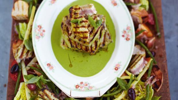 Der Nizzasalat mit gegrilltem Thunfisch von Jamie Oliver ist ein tolles und leichtes Gericht für warme Sommertage. Hier geht's zum Rezept!
