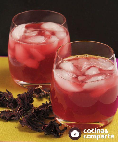 Esta agua de jamaica con jengibre y limón es sabrosa y refrescante, además de un buen diurético, con alto contenido de vitamina C. El jengibre actúa como energizante.