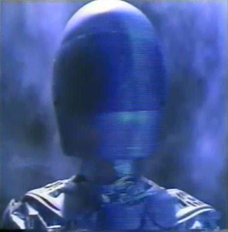 """Si, si, friki-cutrez al canto, un robocop un tanto humano, con su casco y sus guantes de boxeo que es más que suficiente para que al entrar en un cuadrilátero kidboxer le quiera dar de torrijas pero bien. Y si, habéis leído bien """"kidboxer"""", ¿porqué será?, me imagino que para que suene aún más cutre de lo que es, je, je..."""