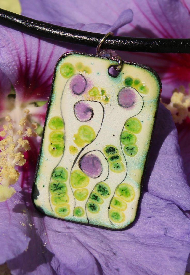 V tajných zahradách Smaltovaný náhrdelník na černé kulaté kůži ,obvod kolem krku 41 cm. Bižuterní komponenty.Rozměr smaltovaného přívešku 2,6 x 4 cm.