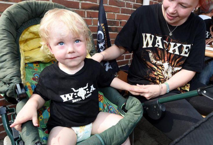 """Kleiner Festivalbesucher: Ob Luca-Noe mit seinen zwei Jahren bereits ein Heavy-Metal-Fan ist, sei dahingestellt. Seine Eltern begleitet er trotzdem (ob gewollt oder nicht) auf das größte Metal-Festival der Welt, das """"Wacken Open Air"""" in Schleswig-Holstein - in passender Bekleidung. Mehr Bilder des Tages auf: http://www.nachrichten.at/nachrichten/bilder_des_tages/cme10133,1109788 (Bild: EPA)"""