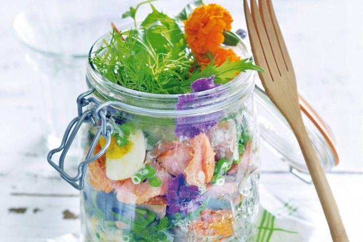 Trakteer jezelf op deze luxe lunch van romige aardappelsalade, gerookte zalm en bijzondere sla met kruiden en bloemen - Recept - Aardappelsalade met gerookte zalm - Allerhande