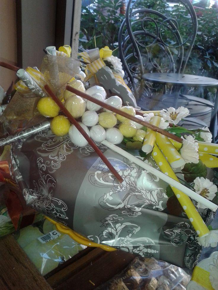 Chabby yellow: colomba in carta e grappolo di ovette confettate. Lara Flammia per Nik Bar-L.go Somalia-Roma
