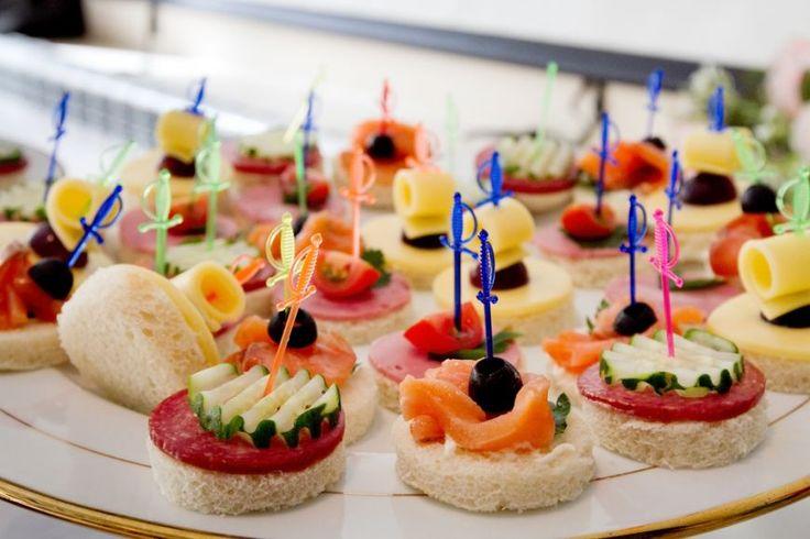 Deschide apetitul invitatilor cu retete usoare care sa va lase loc si pentru felul principal. Iti propunem 3 idei rapide de aperitive ce pot fi pregatite si cu multe ore inainte de petrecere.