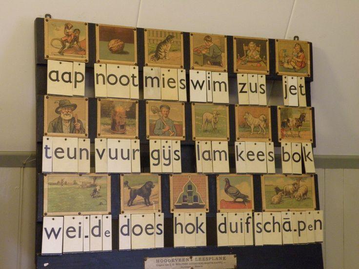 Het grote bord dat de juf of meester gebruikte voor de klas, de kinderen het leesplankje.