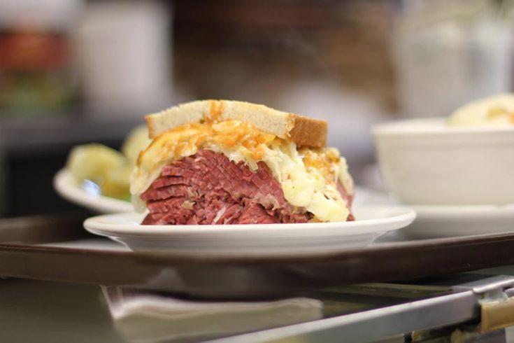 De passage à New-York, prenez un repas rapide dans un très bon restaurant. Katz's Delicatessen est connu pour son sandwich au pastrami. Un régale !
