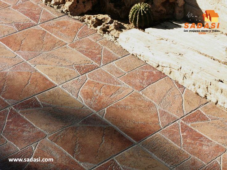 #hogar LAS MEJORES CASAS DE MÉXICO. Los pisos de cerámica son una excelente opción para el camino que va de la calle a la puerta del hogar, ya que son muy resistentes, sobre todo a las inclemencias del clima y podemos encontrar varios diseños específicos para el exterior como los que imitan diferentes piedras. En Grupo Sadasi, contamos con más de 40 años de experiencia construyendo las mejores casas de México. informes@sadasi.com