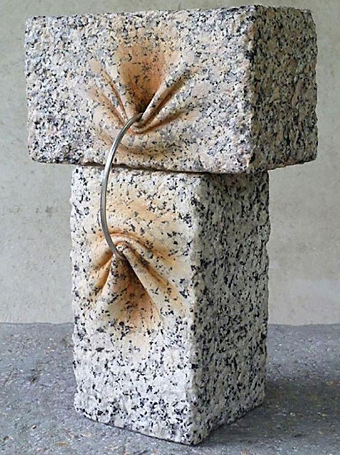 José Manuel Castro Lópezé um escultor espanhol que cria obras impressionantesem pedra.  Apesar de parecerem terem sido feitas em materiais macios, como esponja, o artistatrabalha com diferentes tipos de pedra incluindo quartzo e granito.