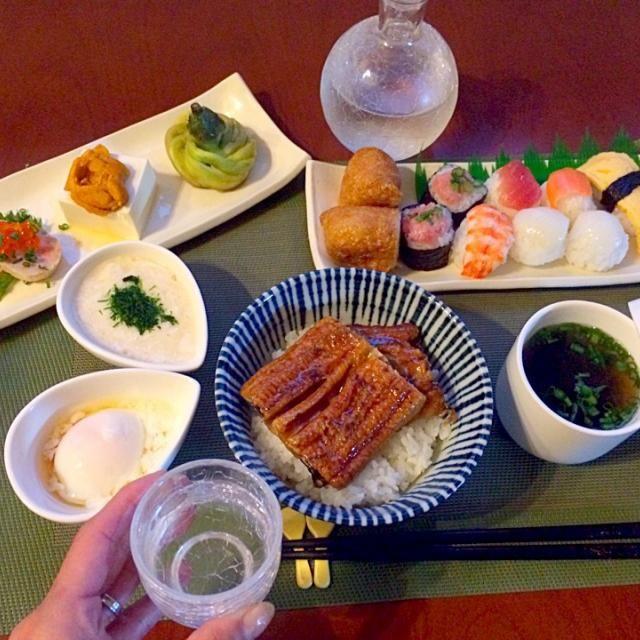 肉巻きリクエストも今日はお魚の日なので作ろうか迷いながらお買い物行ったら可愛い手毬寿司発見でお稲荷さん食べたいとも言ったしお寿司&鰻お昼少なかったからお腹空いて余計な物ばかり買ってしまった⤵︎ お祝い気分でまぁいっかぁ(*≧▽≦)乾杯〜❗️ - 52件のもぐもぐ - Today's dinner冷菜・手毬寿司・鰻丼・大和芋・温泉卵・あおさのお吸い物 by Ami